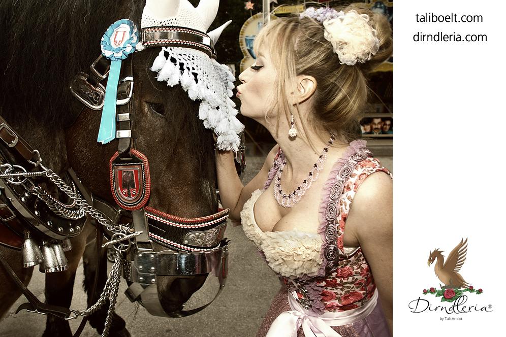 Pressebild-Damenwiesn Schauspielerin Sophie Adell trägt ein Luxusdirndl mit Glockenrüsche der Designerin Tali Amoo