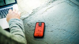 Feuerwear vermeldet: Mitch passt auf's Apple iPhone SE auf