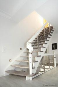 Geradlinig, aber mit Schwung: Individuelle Treppe aus Eschenholz und Edelstahl prägt das Raumkonzept
