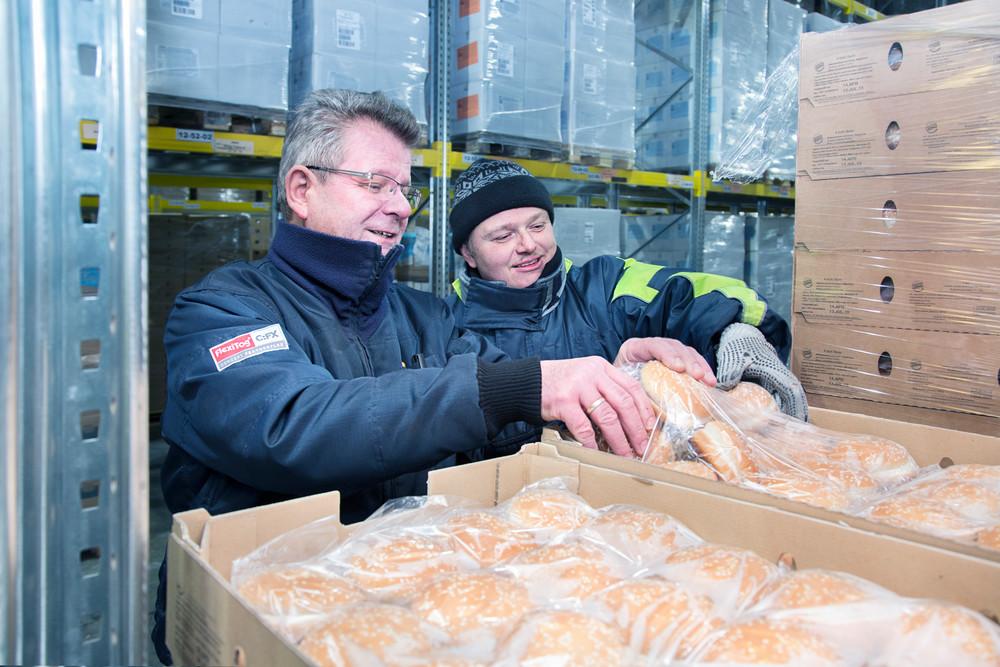 QSL Mitarbeiter bereiten die frische Ware für die Lieferung in die Restaurants vor.