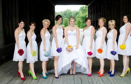 Robe blanche pour demoiselle d'honneur avec chaussures colorées