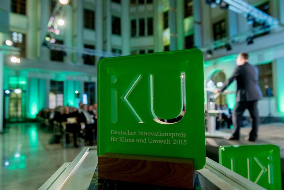 Pokal des Innovationspreises Klima und Umwelt 2015. Preisverleihung in Berlin.