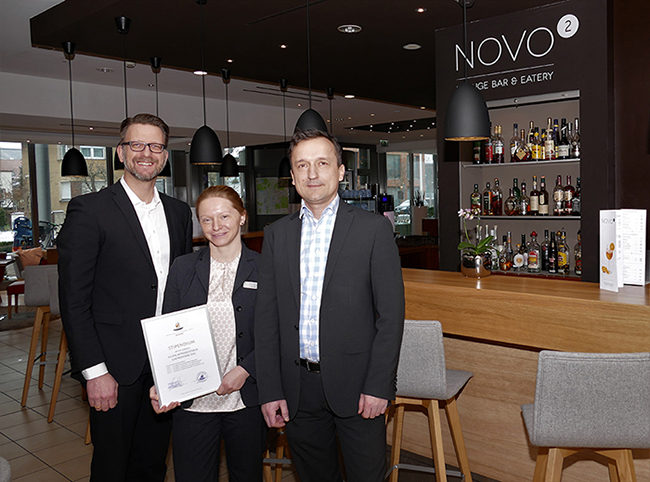 Katja Ihle vom Novotel Erlangen erhält Teekanne-Stipendium
