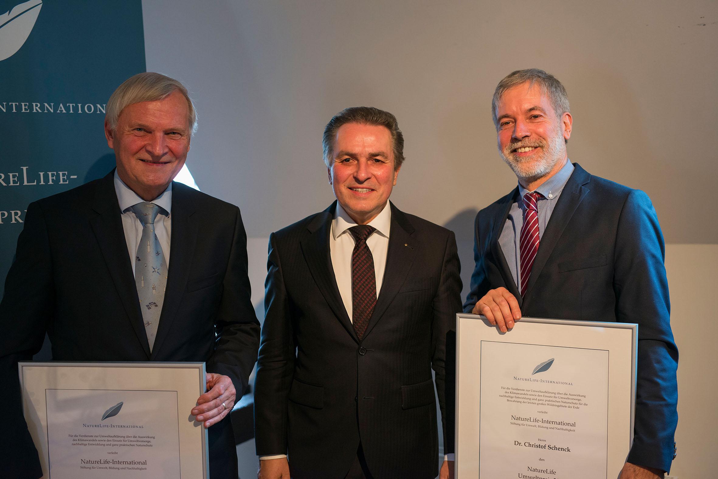 ZGF-Geschäftsführer Dr. Christof Schenck (rechts im Bild) wurde mit dem NatureLife-International Umweltpreis ausgezeichnet © Daniel Rosengren