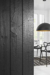 Neuheit: Karbonisiertes Holz für innen und außen. Schwarze Holzoberflächen mit unverwechselbarem Charakter