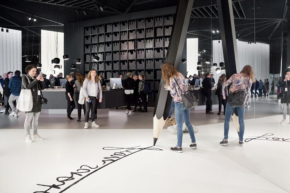 Besucher auf dem Stand der D'art Design gruppe auf der Düsseldorfer Handelsleitmesse EuroShop 2017.