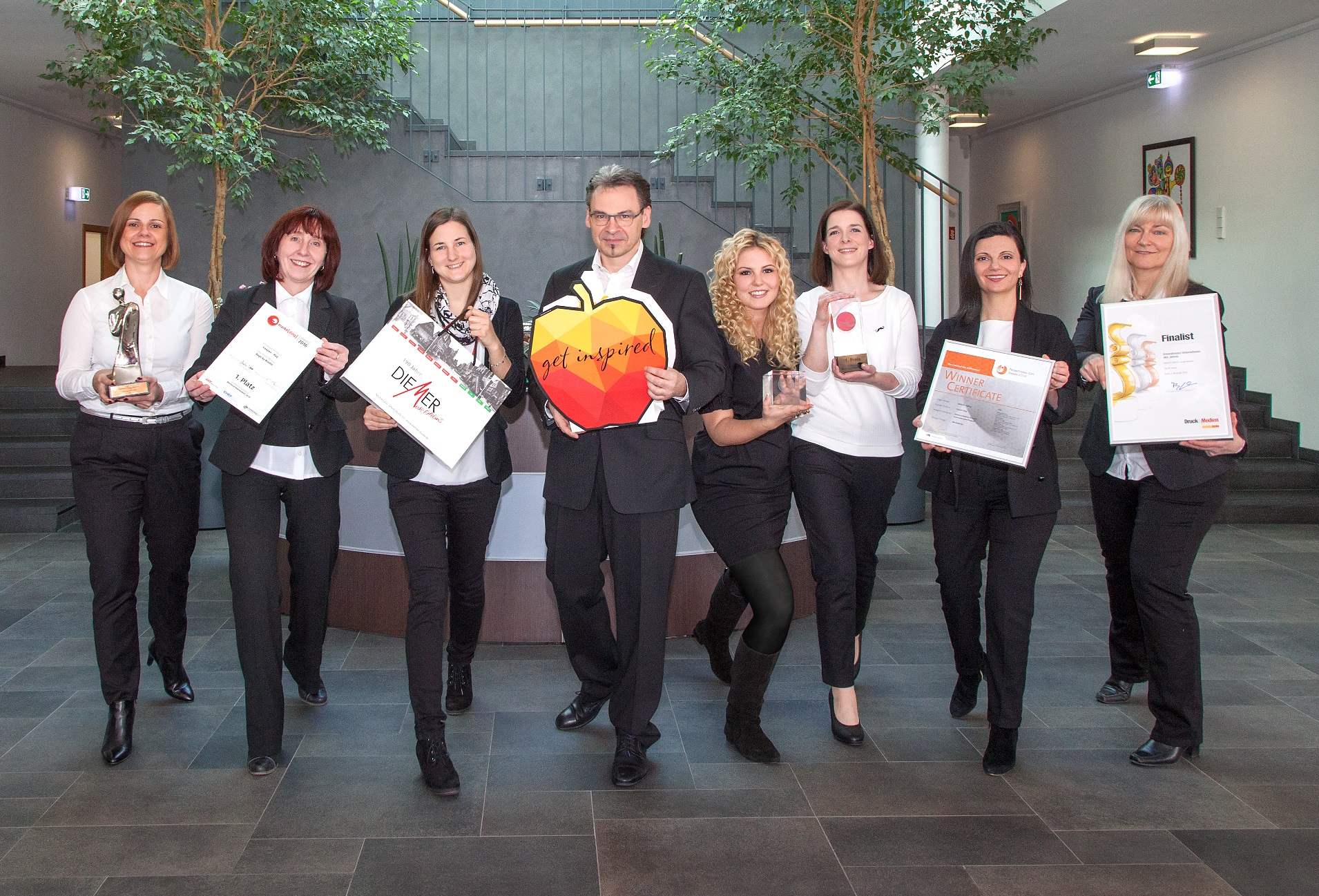 RIEDLE-Team freut sich über Papiertaschen Awards