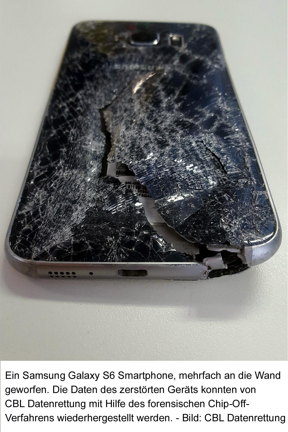 Ein Samsung Galaxy S6 Smartphone, mehrfach an die Wand geworfen. Die Daten des zerstörten Geräts konnten von CBL Datenrettung mit Hilfe des forensischen Chip-Off-Verfahrens wiederhergestellt werden. Bild: CBL Datenrettung