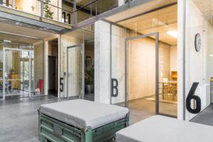 Revitalisierung einer alten Brauerei zum kreativen Raum. Aluzargen in puristischer Form prägen die architektonische Transparenz.