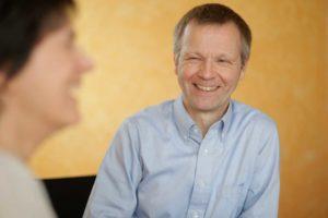 Otto-Neuhoff-im-Gespräch-lachend-mittel-300x200 Bürgermeister Otto Neuhoff erklärt in einem Video Hintergründe und Details zur neuen Dachmarke der Stadt Bad Honnef