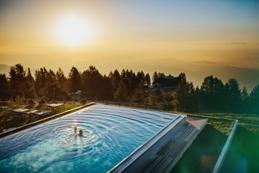 """Feuerberg-Paar-8-von-8_k Wellnesstraum in über 1.766 Meter Höhe, ein Wohlfühlurlaub für Ruhesuchende mit """"Spirit am Berg"""": Herbstliche Inspirationen & viel Ruhe im Mountain Resort Feuerberg."""