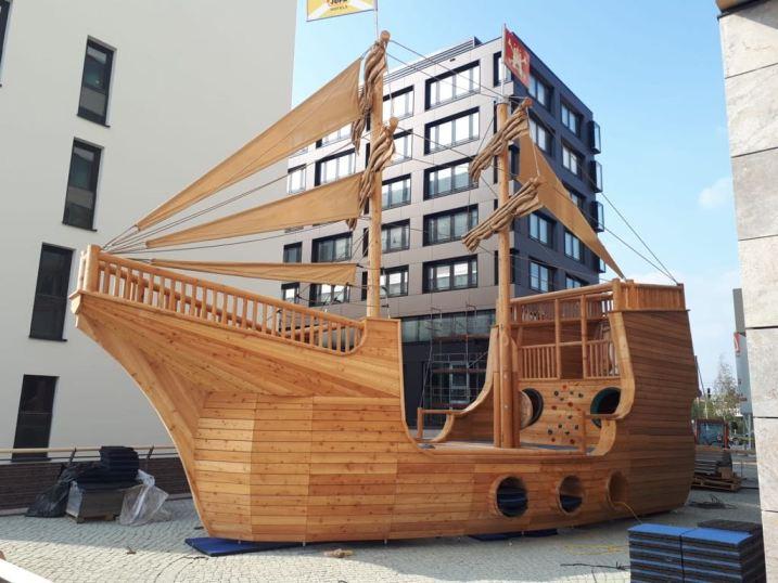"""Hobby-Freibeuter & Piraten ahoi! Das JUFA Hotel Hamburg HafenCity feiert die Ankunft seines einzigartigen steirischen """"Störtebeker Kletterschiff"""""""