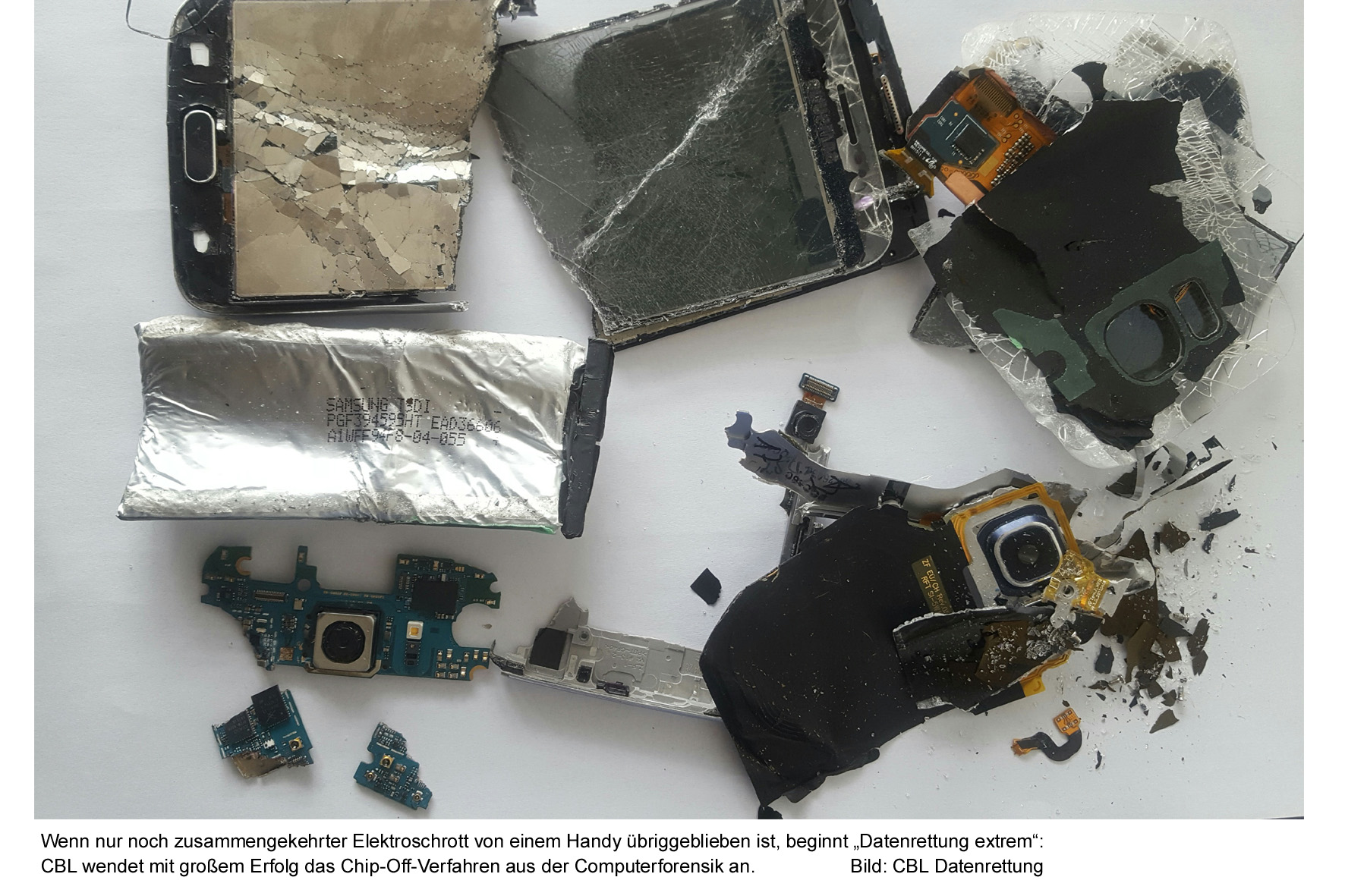 """Wenn nur noch zusammengekehrter Elektroschrott von einem Handy übriggeblieben ist, beginnt """"Datenrettung extrem"""": CBL wendet mit großem Erfolg das Chip-Off-Verfahren aus der Computerforensik an. Bild: CBL Datenrettung"""