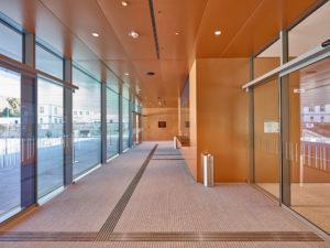 Repräsentable und barrierefreie Eingänge: Neue Inselhalle Lindau mit wegweisenden Mattensystemen von FUMA ausgestattet
