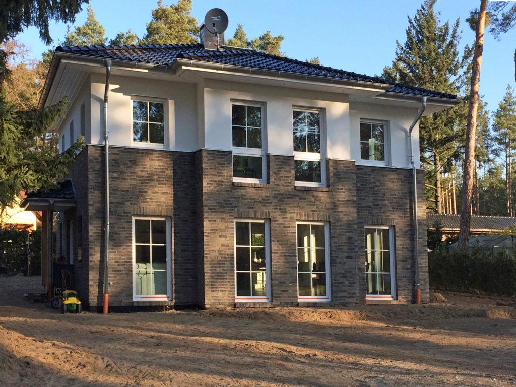 Roth-38-2018_HB-Stadtvilla-Lugana-Neuenhagen_Bild_01-1024x768 Moderne Stadtvilla öffnet vor Bezug | Hausbesichtigung am 17./18. November in 15366 Neuenhagen