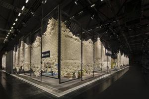 Der schöne Wahnsinn – eine poetische Inszenierung aus 75.000 Pappbechern