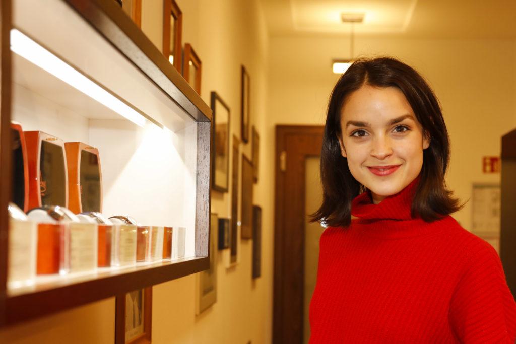 Traum-Uhr für ASKANIA AWARD Preisträgerin 2019  Luise Befort sucht sich den Preis für ihre Schauspielkünste selbst aus