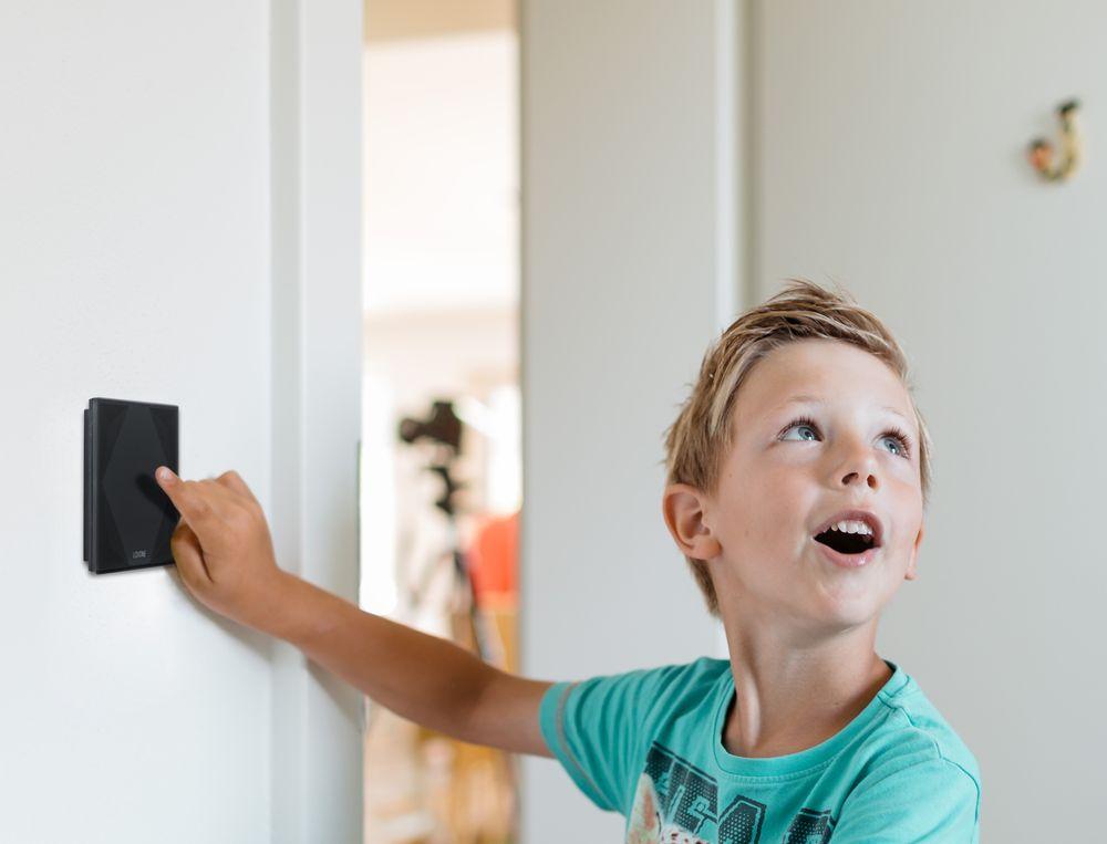 LX-BI-Boy-uses-Touch-pure Exklusiv, edel, ausgezeichnet: Loxone Touch pure erhält den iF Design Award 2019