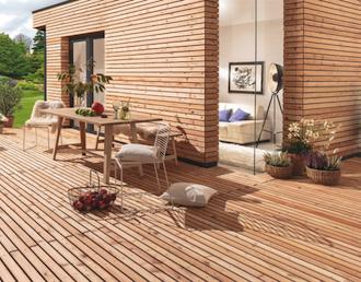 Eine optische Einheit für Fassade und Terrasse: Parallelogramm-Profil mit Struktur