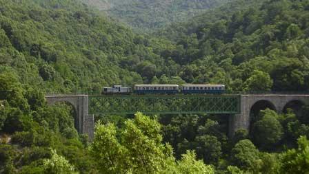 Trenino-Verde-auf-der-Brücke-San-Gerolamo©TurismoSardegna Sardinien – eine Insel zu erreichen wie im Flug