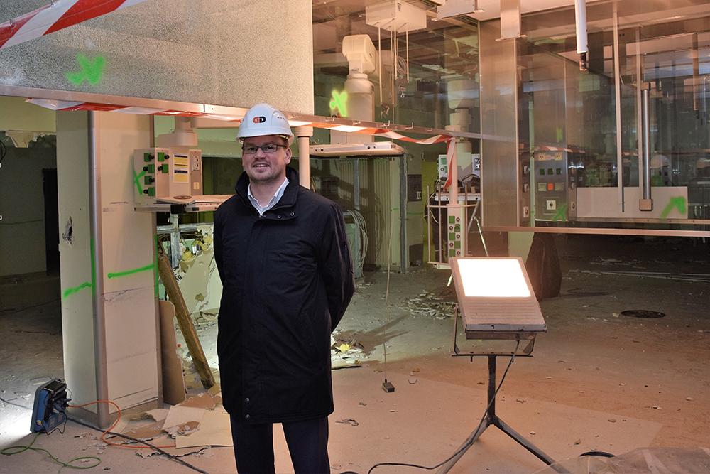 Geschäftsführer Marius Aach überzeugt sich fast täglich vom Fortgang des zweiten Bauabschnitts. (Bild: Bernhard Krebs)