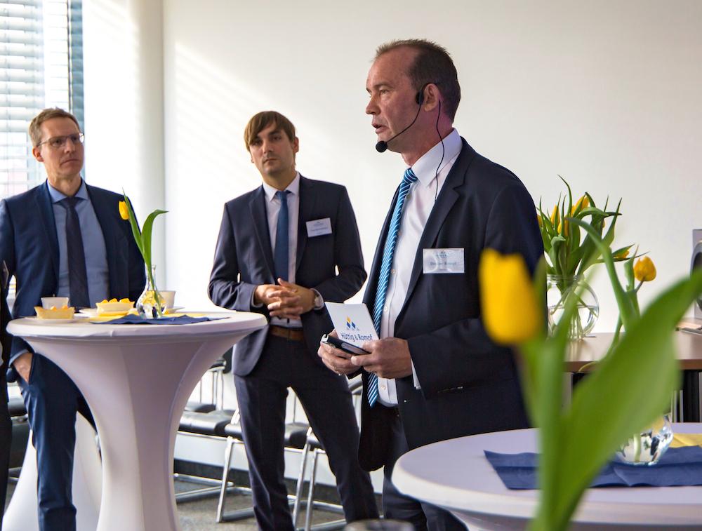 Ditmar Rompf, Vorstand der Hüttig & Rompf AG, präsentiert den Marktreport Unterfranken