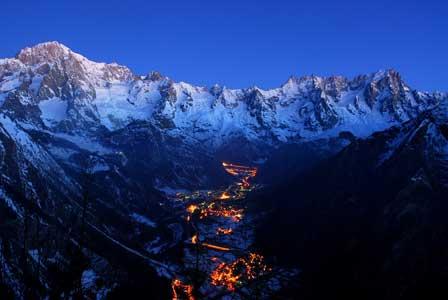 Sonnenuntergang-Aostatal-Mont-Blanc-credit-Foto-archivio-Regione-Autonoma-Valle-dAosta Winterspaß im Aostatal by night