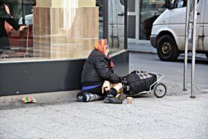 Frau-arm-obdachlos-300x200 Steigende Anzahl an Notfällen in Aachen