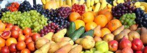 Das erste frische Obst ist auf dem Markt