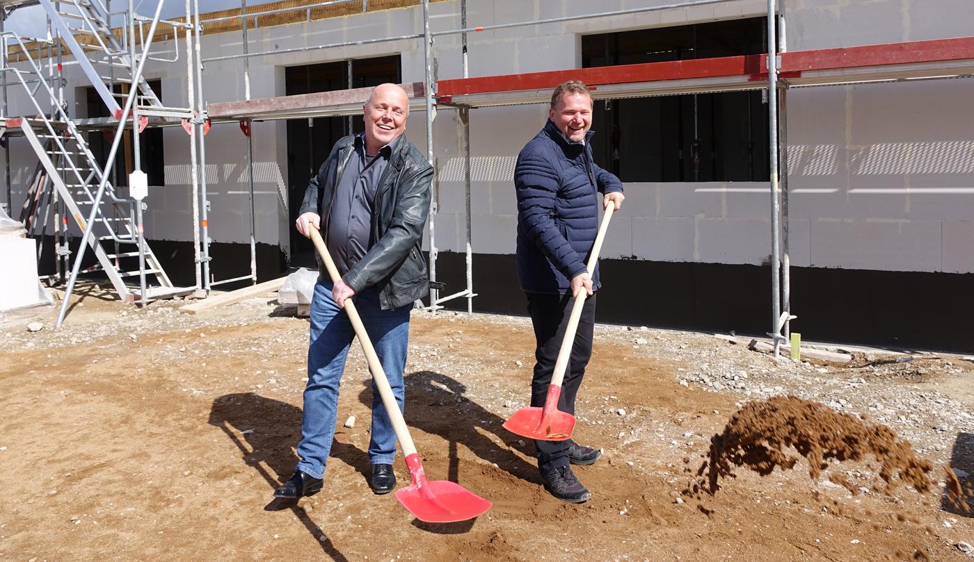 Röttenbachs Bürgermeister Thomas Schneider (rechts) und inTime-Prokurist Michael Dötterl (links) holen den Spatenstich auf der inTime-Baustelle nach.