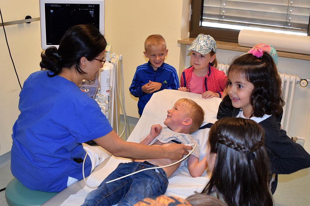 Kindergarten_Besuch_1000x1000 Einladung der Asklepios Klinik im Städtedreieck an die Kindergärten: Staunende Kinderaugen bei spannenden Mitmach-Stationen