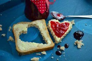 Süße Früchtchen auf Brot, Brötchen oder Stuten