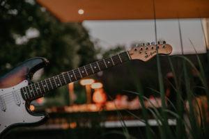 AC_Hotel-Gitarre-Terrasse-300x200 22. August 2019 Sion Hill & NOSOYO - Eintritt kostenlos