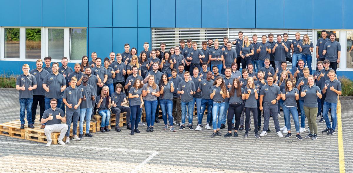 """""""Daumen hoch"""" für einen optimalen Start ins Berufsleben: Die neuen Azubis der ZUFALL logistics group freuen sich auf spannende Herausforderungen."""