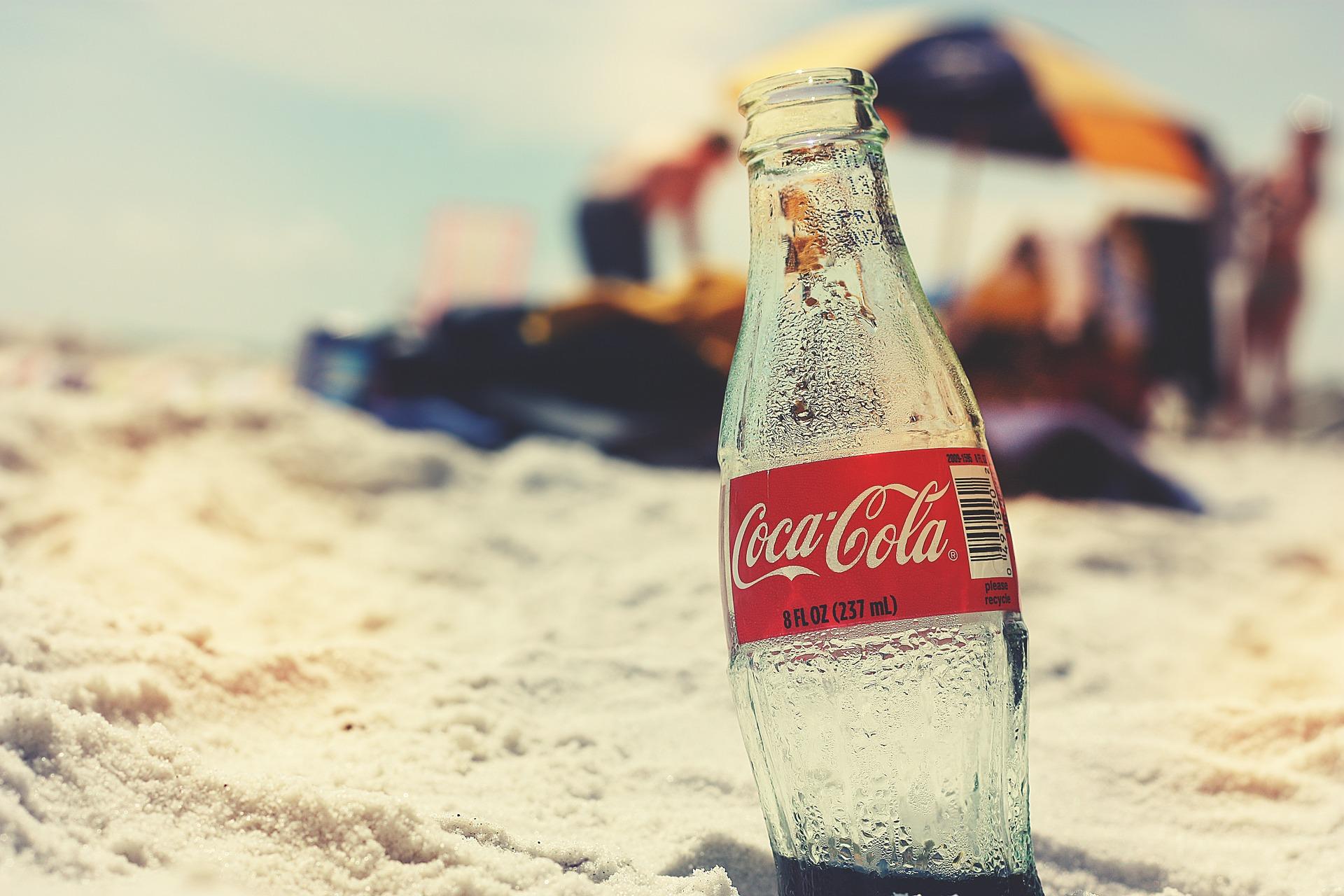 Eiskalte Getränke aus dem Automaten - Cola am Strand