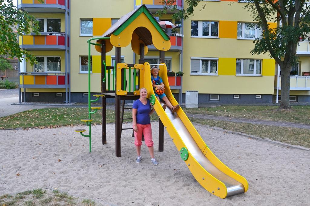 Freuen sich über den Lipsia-Spielplatz in der Leipziger Simon-Bolivar-Straße: Mandy Franke und ihr Sohn Leon (Quelle: Lipsia).