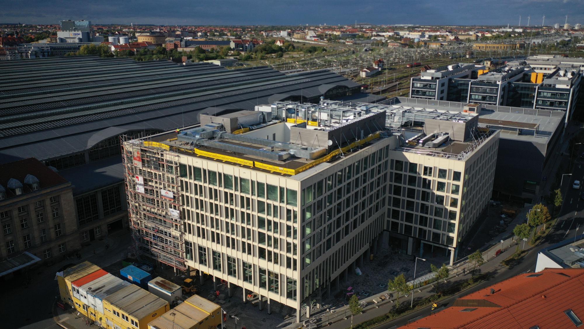 Die Gerüste beim Hotel-Großprojekt an der Ostseite des Leipziger Hauptbahnhofs sind gefallen (Quelle: S&G Development GmbH/ Stephan Dietze (anders-drehen.de)).
