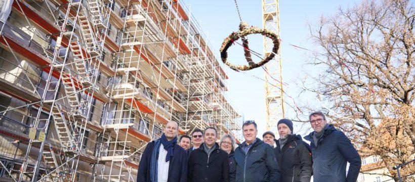 AOC-Vorstand Till Schwerdtfeger (ganz links) und Projektpartner. Copyright: AOC Immobilien AG / Tom Dachs.