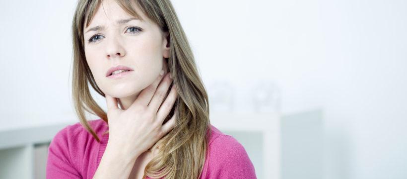 Halsschmerzen sind häufig erstes Anzeichen für eine Erkältung.
