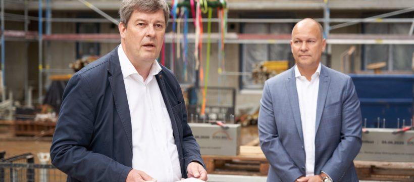 AOC-Vorstand Till Schwerdtfeger (rechts) und Gregor Asshoff, Vorstand SOKA-BAU. Copyright: AOC Immobilien AG / Tom Dachs.