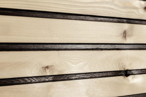 Fassade_Carboline_RHO-00-d-hf_21x144mm-Sib.Lärche_07-300x200 Fassadenprofile mit dauerhaft schwarzem Kontrast: Permanente Designkontur durch partielle Karbonisierung.