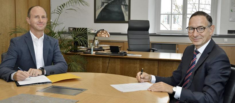 Abbildung: Vertragsunterzeichnung Dr. Christof Günther und Torsten Rogosch